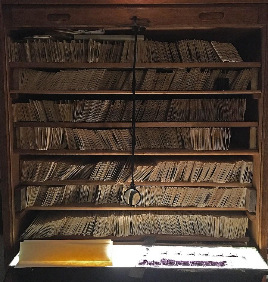 A szekrény, amiben Szigeti Tamás tárolja a negatívjait. Fotó: Szigeti Tamás