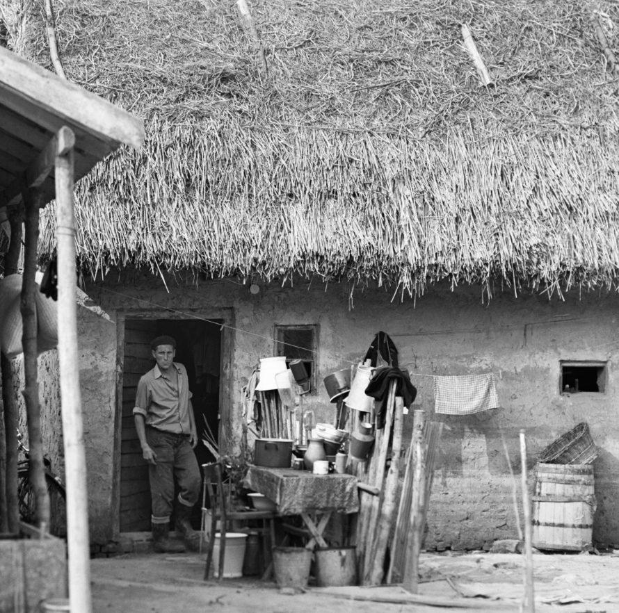 Chochol Károly: Árvíz után, 1970, részlet a Sosem látott képek albumból.