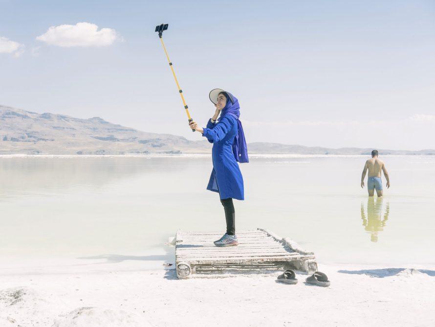 Egy turista fotózza magát az Urmia-tavon. Maximilian Mann: DOCKS Collective, Környezet 2. díj, sorozat