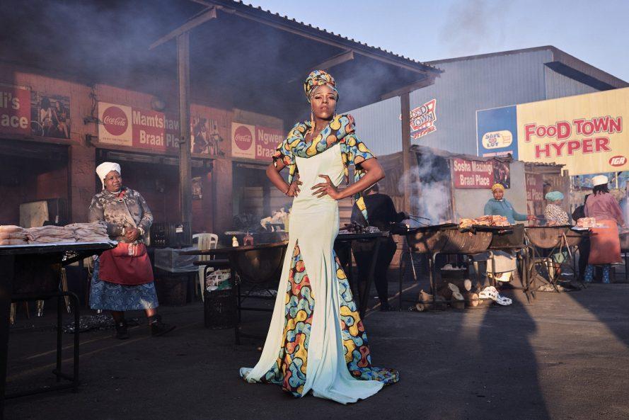 Belinda Qaqamba Ka-Fassie transzvesztita művész és aktivista pózol egy közösségi hússütő és -árusító helyen a dél-afrikai Fokváros közelében lévő Khayelitsha településen. Lee-Ann Olwage, Portré 2. díj, egyedi kategória