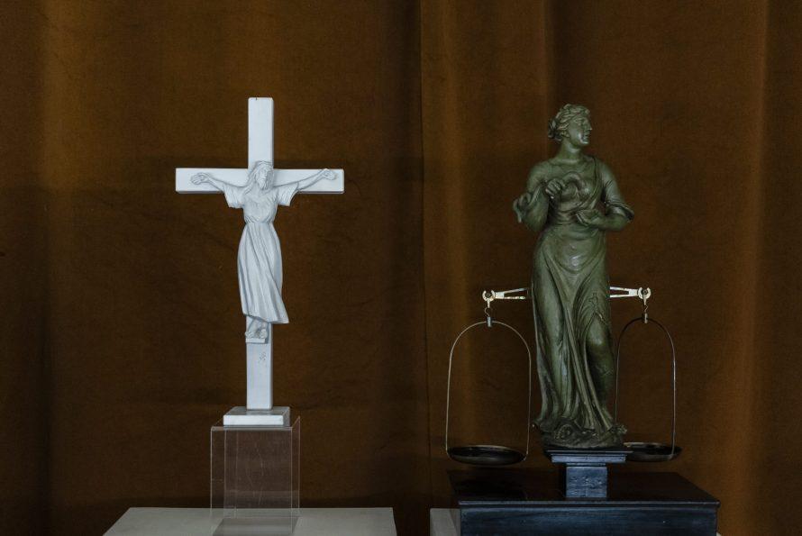 Szent Wilgefortis szobra a SOM kiállítóterében. Részlet Simon Zsuzsanna Fortis Feminae munkájából, 2020 © A művész jóváhagyásával