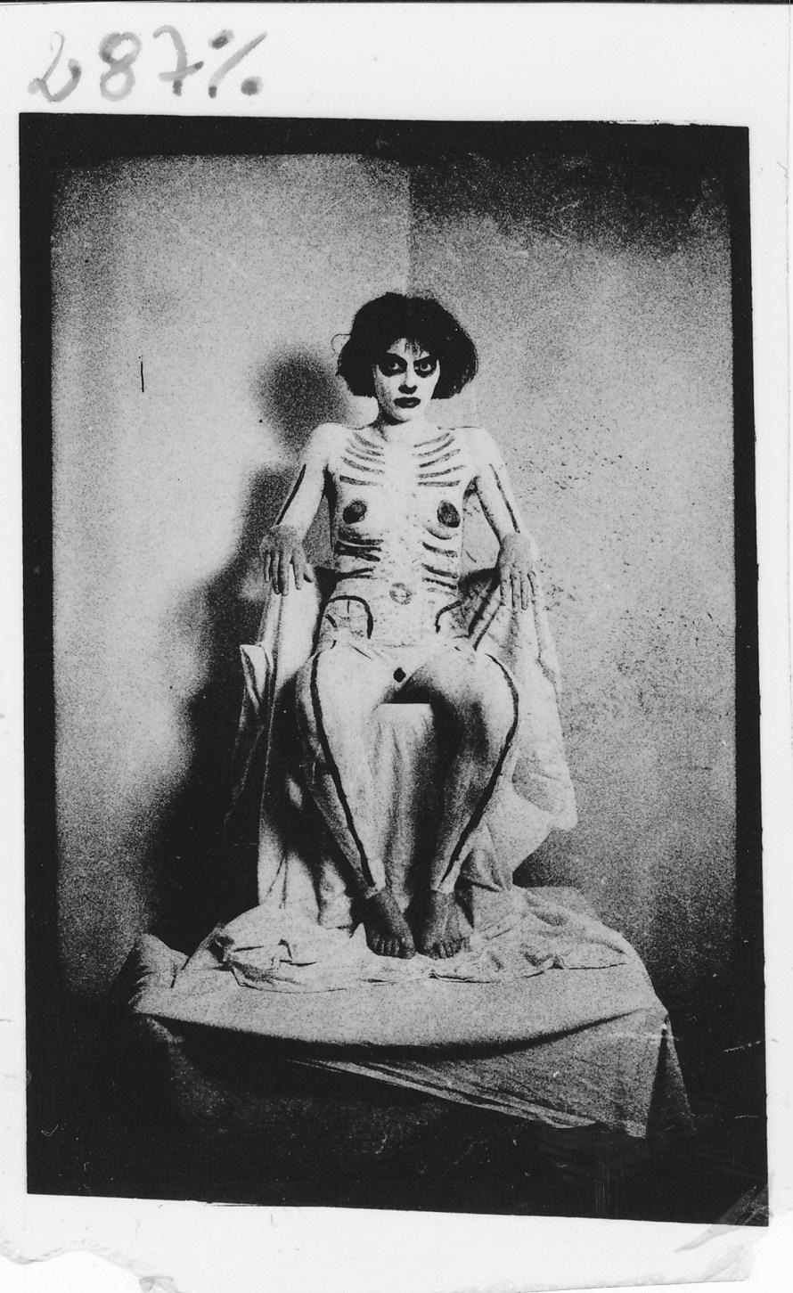 Ujj Zsuzsi: Trónusos, 1986, zselatinos ezüst, barit papíron, vintage fotó © a MissionArt Galéria jóvoltából