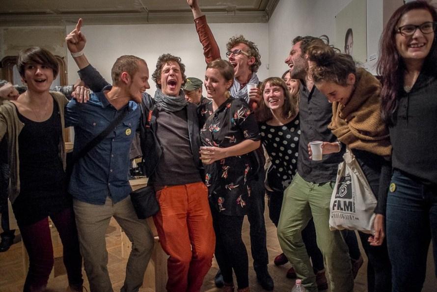 Az Interventions című kiállítás csapata a pozsonyi OFF Festival ON_Award fődíjának kihirdetésekor, 2014 (Kiállítók balról jobbra: Zellei Boglárka Éva, Regős Benedek, Dobokay Máté, Szántói Lilla, Biró Dávid, Neogrády-Kiss Barnabás, Schumann Bianka, Riga Eszter Fotó: Major Lajos