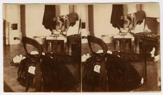 Fotó: Mayer György: A rendőrségi nyomozás során, 1861. május 8-án készült két sztereofénykép-pár. Teleki László gróf holtteste a Szervita téri palotában, az első hazai helyszínelési fotográfia. (wikipedia.org)