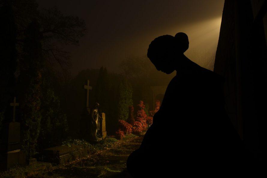 Fotó: Bánkuti András: Farkasréti temető  2020.11.02., részlet az Éjszakai Budapest sorozatból