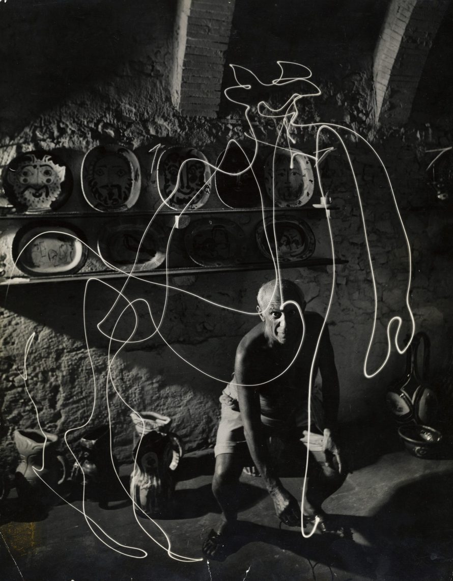 Fotó: <b>Gjon Mili (1904–1984)</b>:<br> <i>Pablo Picasso drawing a centaur in the air with light and other light drawings, 1949</i><br> © OstLicht Photo Auction