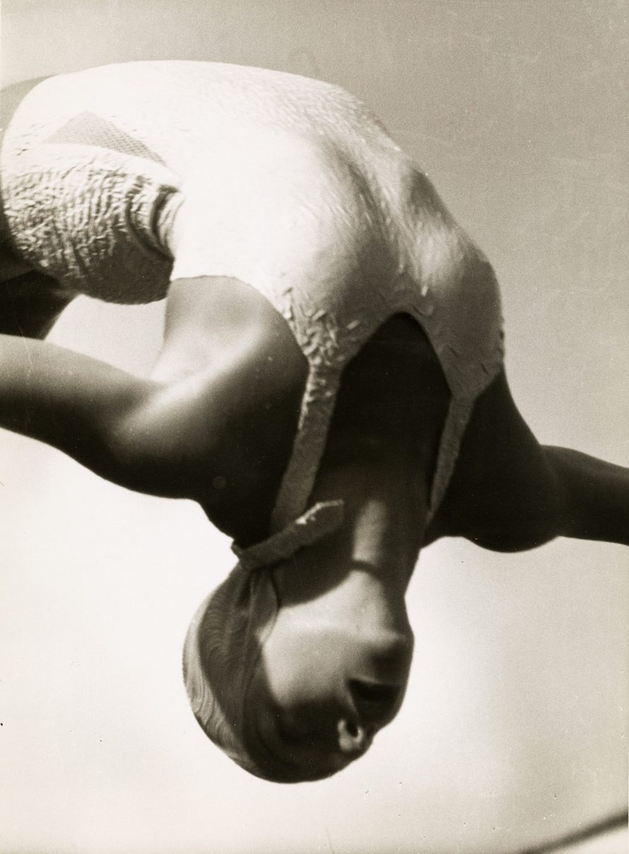 Fotó: <b>Lothar Rübelt (1901–1990)</b>:<br> <i>Diver Dorothy Poynton-Hill, Olympic gold medalist in artistic jumping, 1936</i><br> © OstLicht Photo Auction