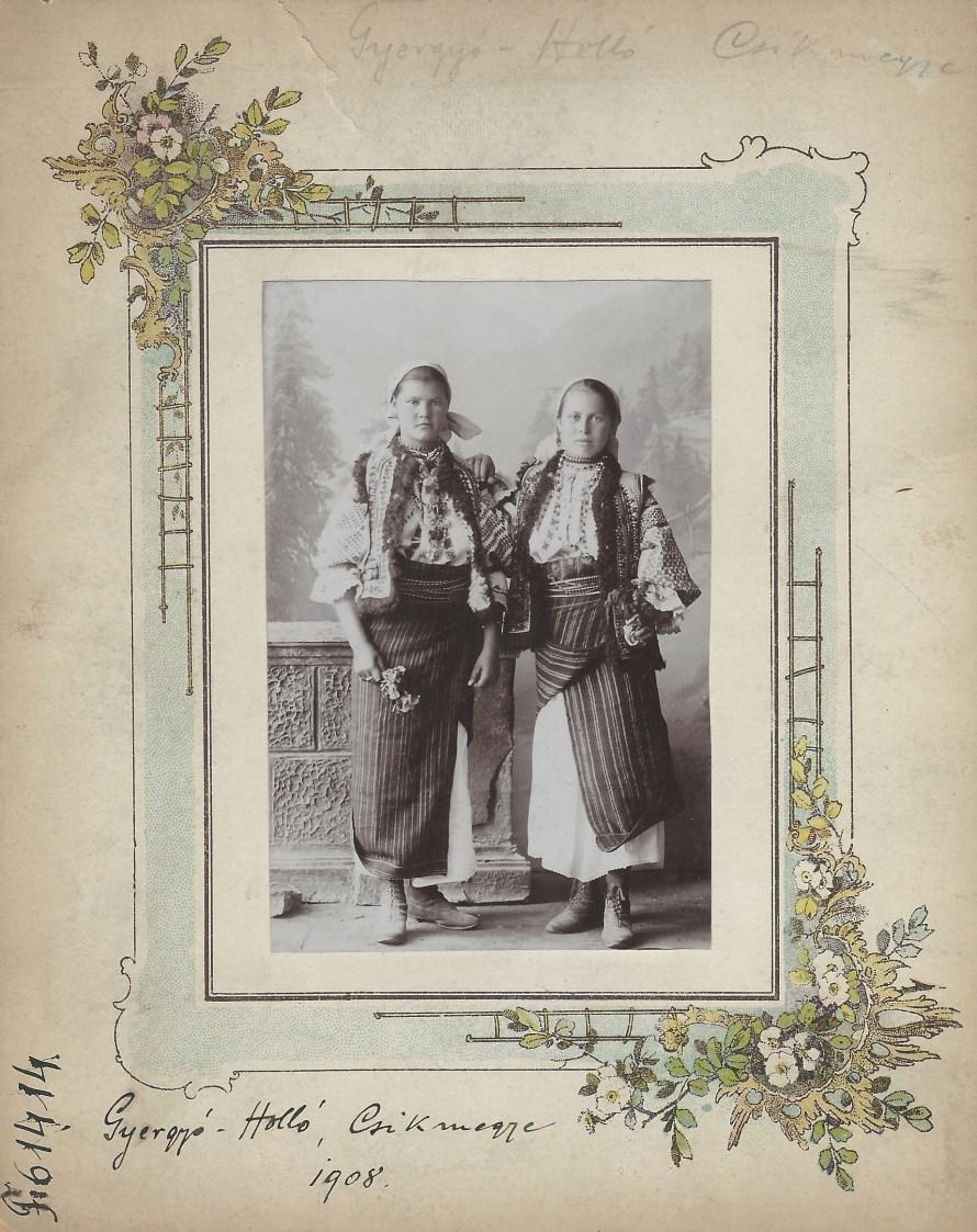 Két leány Gyergyóholló, 1908<br> Ismeretlen fényképész felvétele Néprajzi Múzeum, F 61414