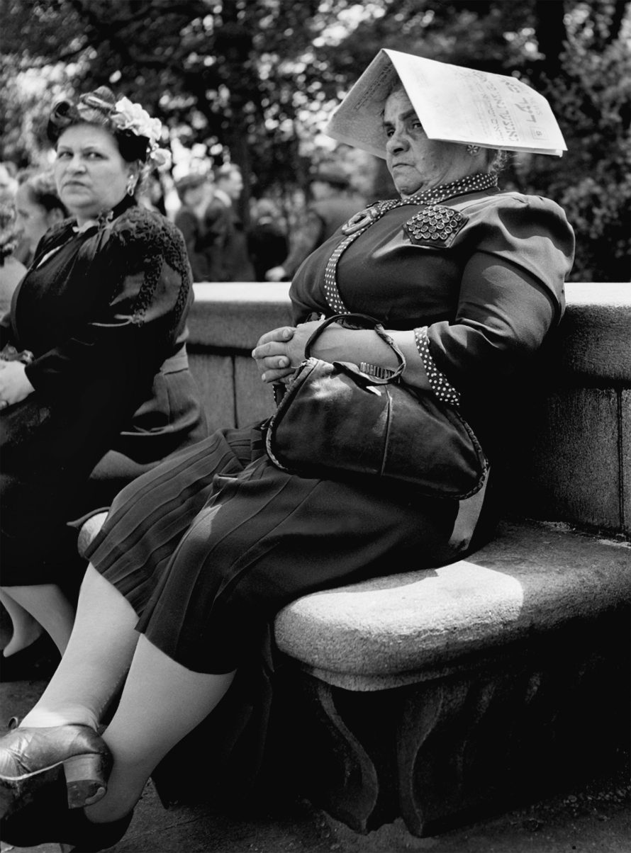 Fotó: <b>Fred Stein</b>: On a stone bench of the 5th Avenue New York, 1946<br> © Stanfordville, NY, Fred Stein Archive