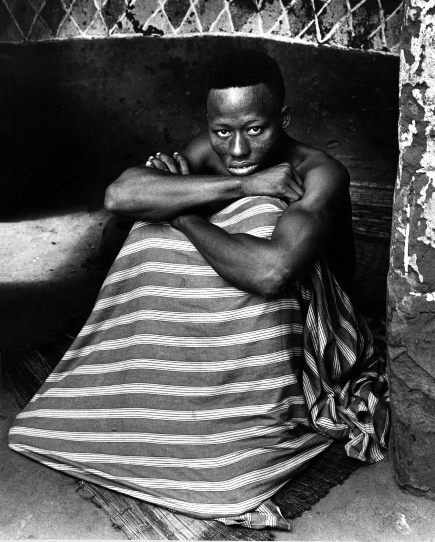 Fotó: <b>Paul Almásy</b>: Portré a Sámánról, Benin, részlet az Istenek és emberek című sorozatból, 1959<br> 30 x 24 cm, zselatinos ezüst<br> Magyar Fotográfiai Múzeum
