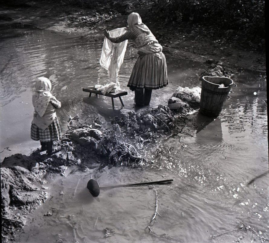 Fotó: Mosás a patakban Csömör, 1939<br> Szöllősy Kálmán felvétele<br> Néprajzi Múzeum, F 198895