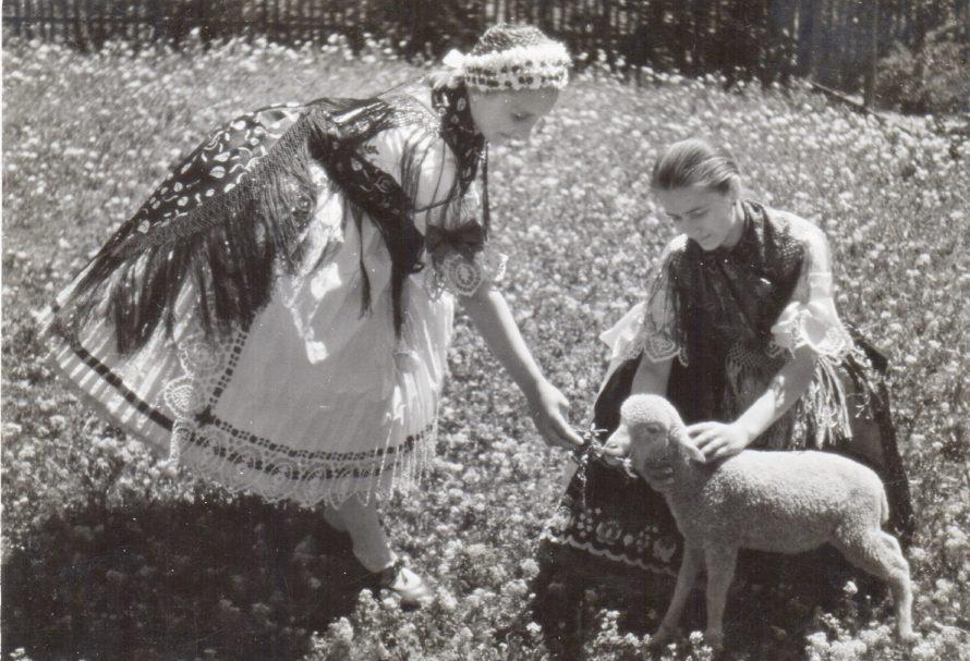 Fotó: Lányok, Csömör, 1930-as évek<br> Dulovits Jenő felvétele<br> Néprajzi Múzeum, F 342550