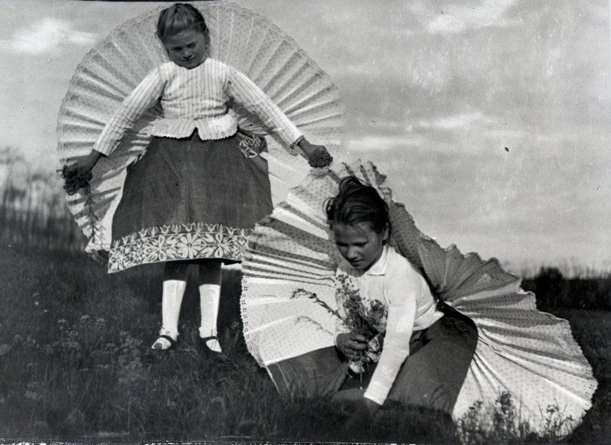 Fotó: Virágot szedő lányok, Csömör, 1930-as évek<br> Dulovits Jenő felvétele<br> Néprajzi Múzeum, F 343049