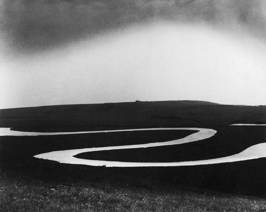 Fotó: <b>Bill Brandt</b>: El riu Cuckmere. Río Cuckmere, 1963.<br> Cuckmere River. Private collection, Courtesy Bill Brandt Archive and Edwynn Houk Gallery