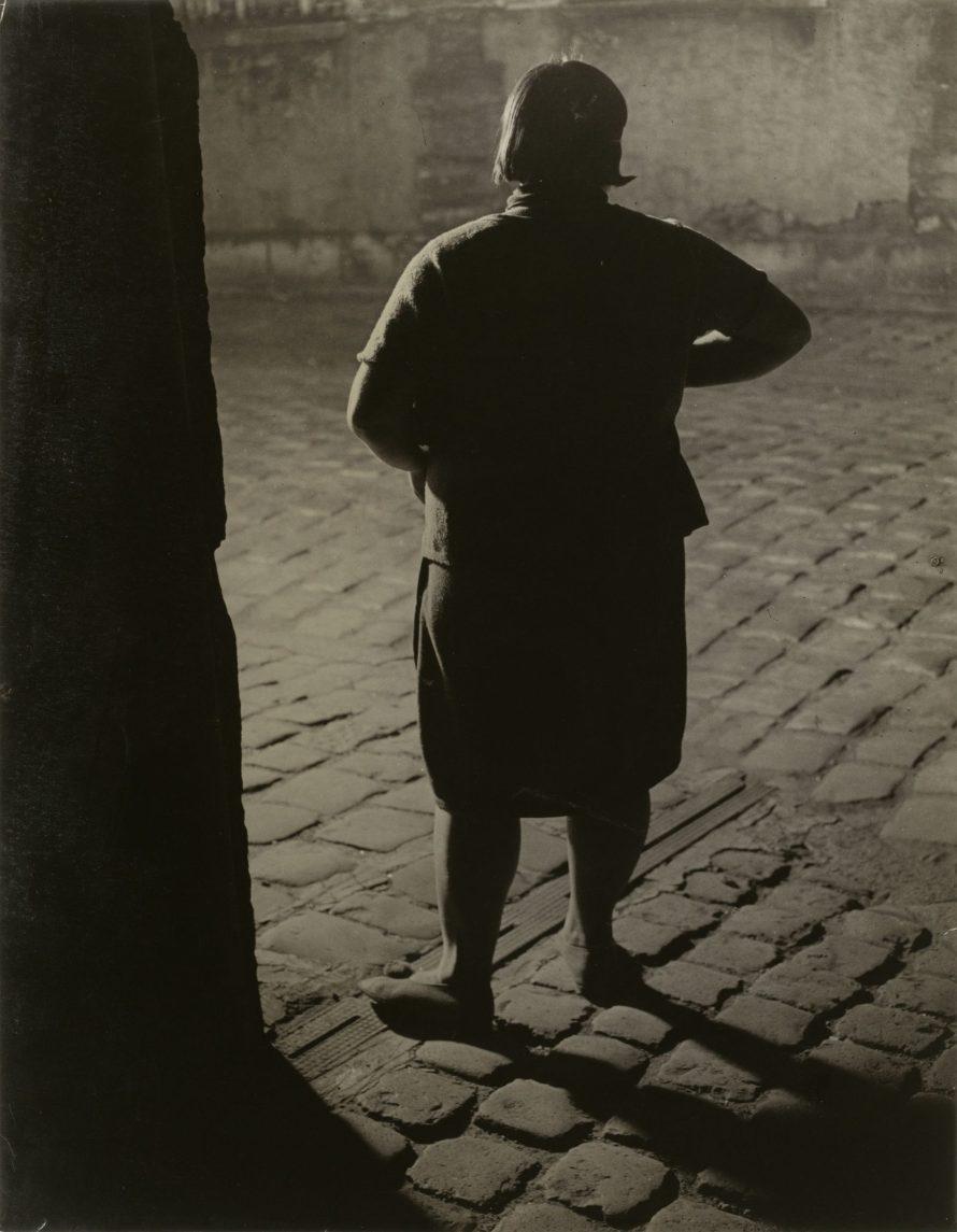 "Fotó: <b>Brassaï</b>: Une ""fille"" dans le quartier d'Italie (Streetwalker near the Place d'Italie, Paris), c. 1932<br> gelatin silver print<br> image/sheet: 29.21 x 22.86 cm (11 1/2 x 9 in.)<br> National Gallery of Art, Washington<br> Gift of Stephen G. Stein"