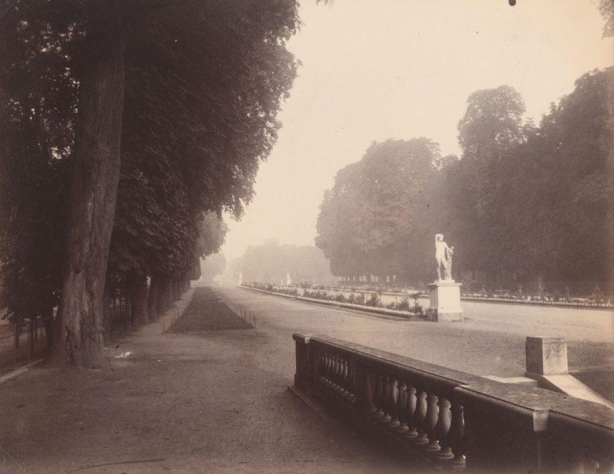 Fotó: <b>Eugène Atget</b>: Saint-Cloud. Fin août, 6 1/2h (Saint-Cloud. End of August, 6:30 a.m.), 1924<br> salted paper print<br> image/sheet: 17.94 x 22.38 cm (7 1/16 x 8 13/16 in.)<br> National Gallery of Art, Washington<br> Gift of Stephen G. Stein