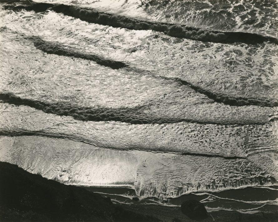 Fotó: <b>Edward Weston</b>: Surf, North Coast, 1937<br> gelatin silver print<br> image/sheet: 19.37 x 24.13 cm (7 5/8 x 9 1/2 in.)<br> National Gallery of Art, Washington<br> Gift of Stephen G. Stein