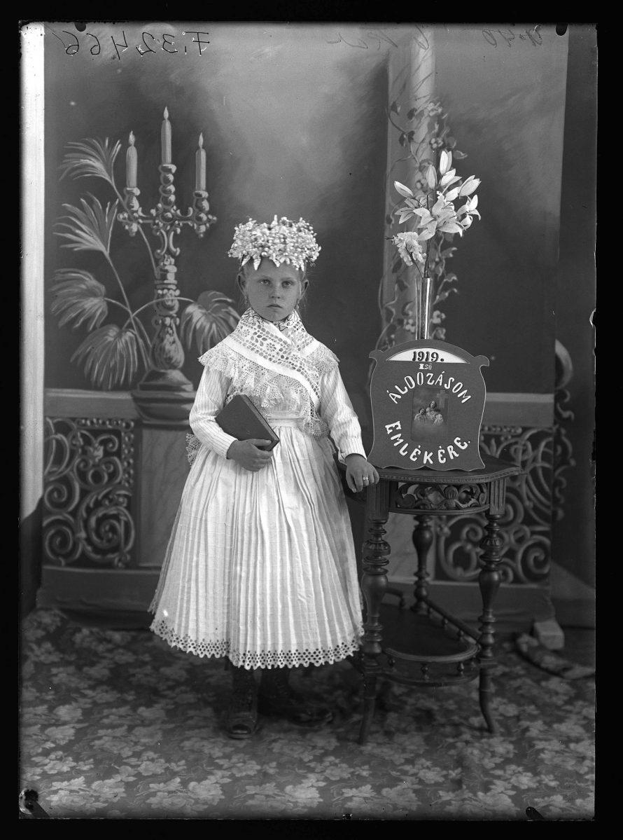 Fotó: Leány elsőáldozási emlékképe Rákospalota, 1919<br> Borsy Béla felvétele Néprajzi Múzeum, F 32466