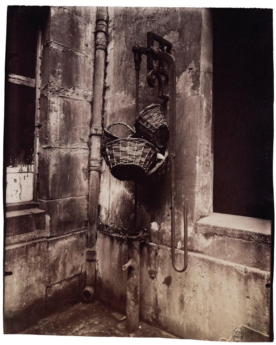 Fotó: <b>Eugène Atget</b>: Fontaine du passage des Singes, 6, rue des Guillemites, IVe, 1911<br> © Paris Musées / musée Carnavalet – Histoire de Paris