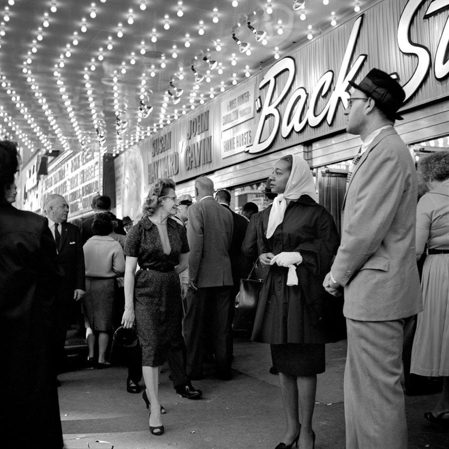 Fotó: Vivian Maier: At the Balaban & Katz United Artists Theatre in 1961. Chicago, IL © Estate of Vivian Maier, Courtesy Maloof Collection and Howard Greenberg Gallery, New York