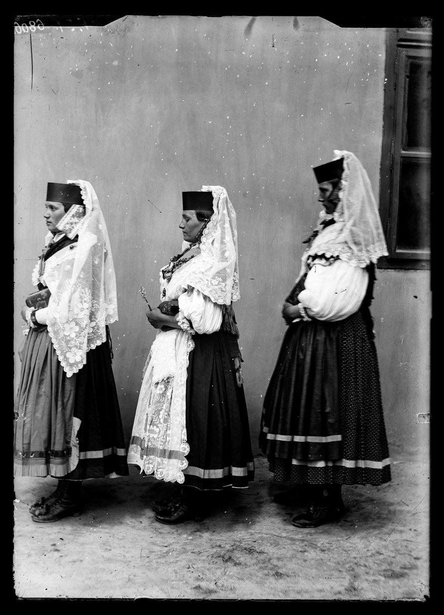 Fotó: Magyar menyecskék viselete oldalról<br> Jankó János felvétele<br> Csököly, 1894<br> Néprajzi Múzeum, F 51