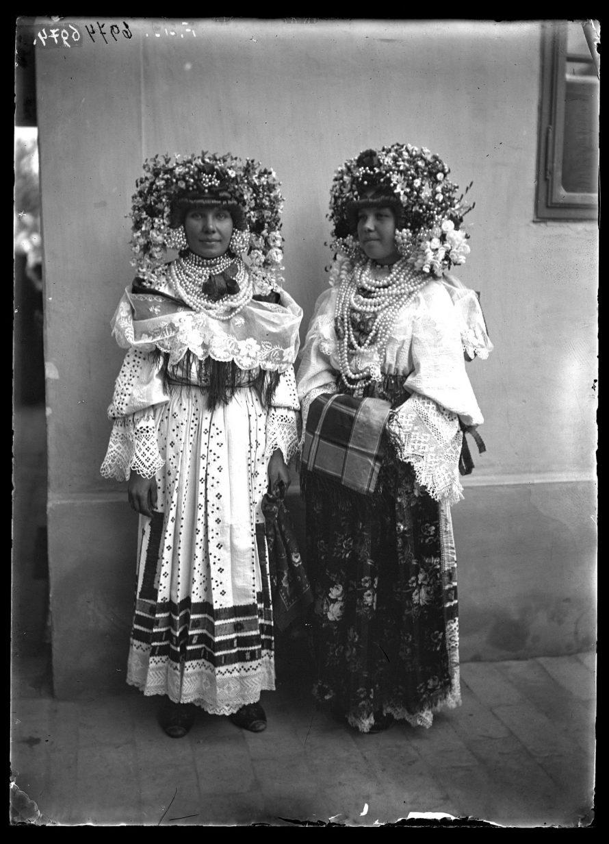 Fotó: Két sokác leány ünnepi viseletben, gyöngyös, művirágos fejdísszel, gyöngysorokkal, gazdagon hímzett ingvállban<br> Jankó János felvétele<br> Szonta (Szond), 1894<br> Néprajzi Múzeum, F 219