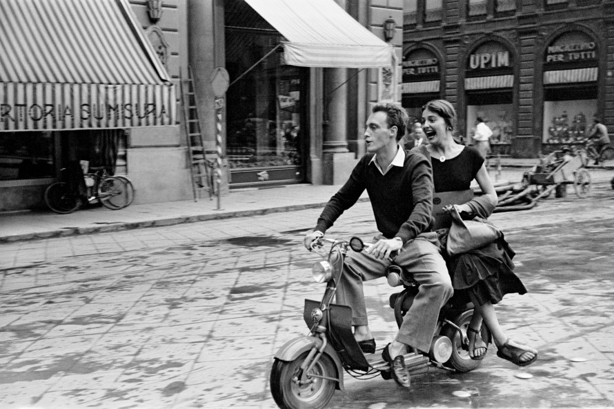 Fotó: Ruth Orkin: Jinx and Justin on Scooter, Florence, Italy, 1951 © Orkin/Engel Film and Photo Archive; VG Bild-Kunst Bonn 2021