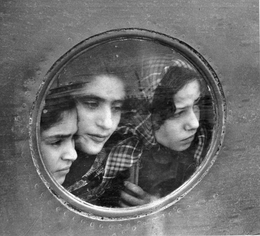 Fotó: Ruth Orkin: Jewish Refugees, Lydda Airport, Tel Aviv, 1951 © Orkin/Engel Film and Photo Archive; VG Bild-Kunst, Bonn 2021