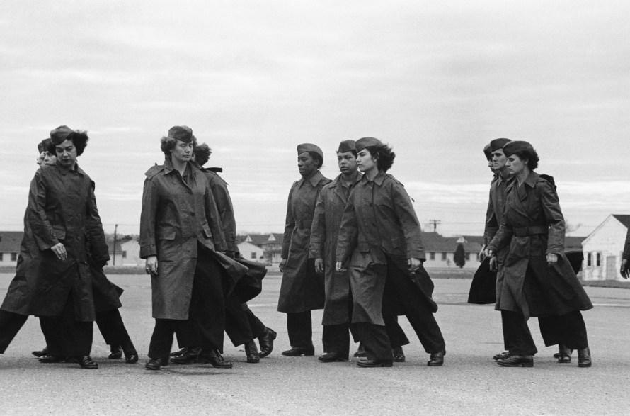 Fotó: Ruth Orkin: Women's Army Auxiliary Corps Walking, Arkansas, 1943 © Orkin/Engel Film and Photo Archive; VG Bild-Kunst, Bonn 2021
