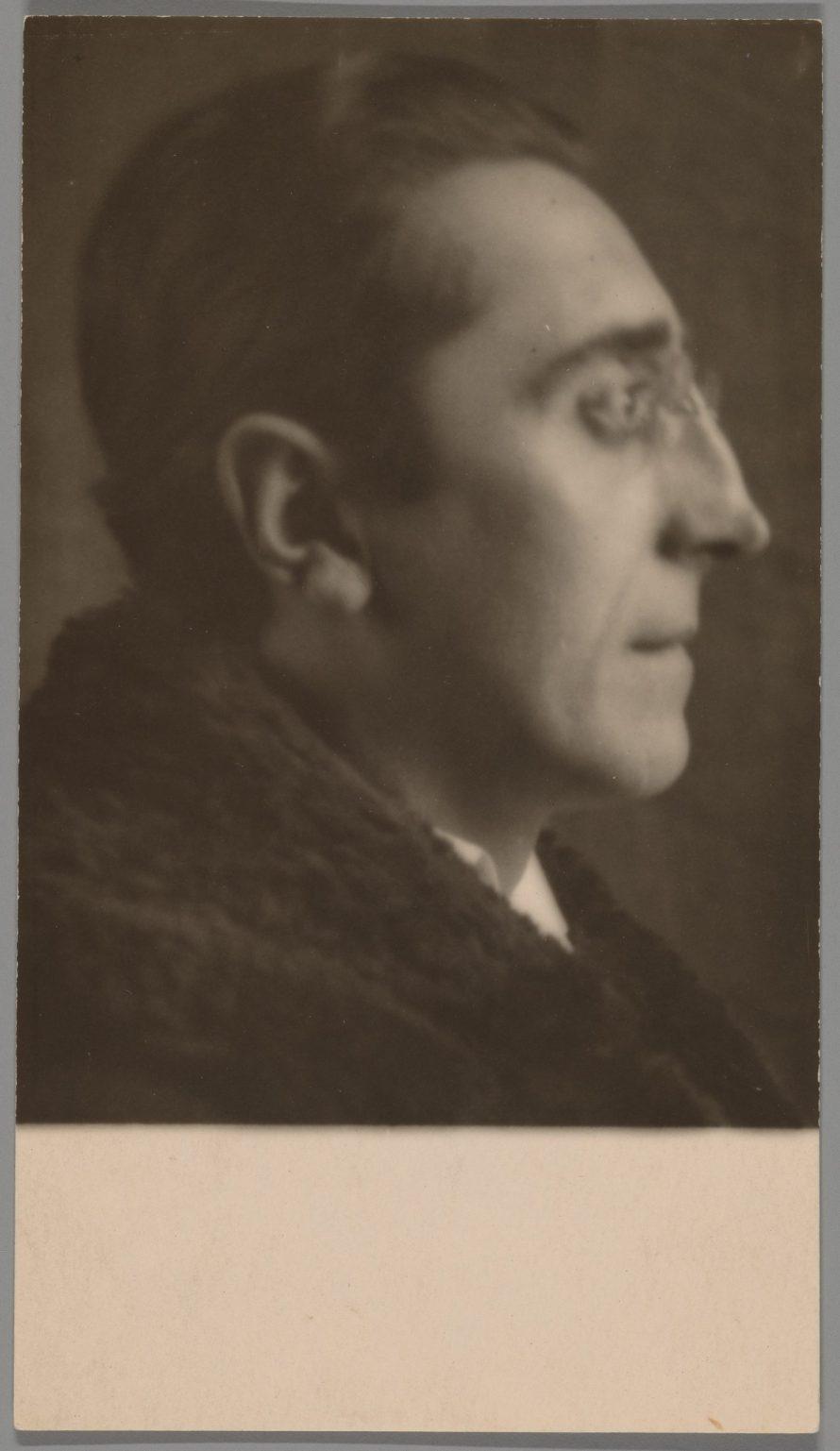 Fotó: André Kertész: Paul Dermée, 1927.<br> The Art Institute of Chicago, gift of Nicholas and Susan Pritzker. © Estate of André Kertész 2021.