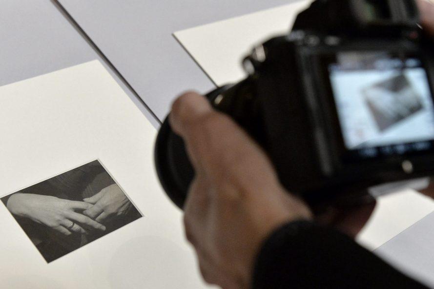 Fotó: André Kertész Anyám keze címû, 1919-ben készült fotója a mûvész hagyatékának hazakerülése alkalmából tartott sajtótájékoztatón a Magyar Nemzeti Múzeumban 2021. október 6-án.  MTI/Soós Lajos