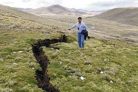 Pánico. Campesinos están asustados por aparición de grietas en cerros del distrito de Ocuviri. Población teme que se registre un sismo más fuerte.