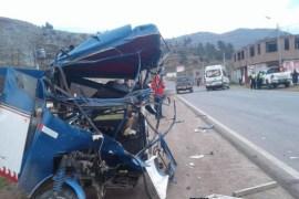 Familia muere en choque entre mototaxi y minivan