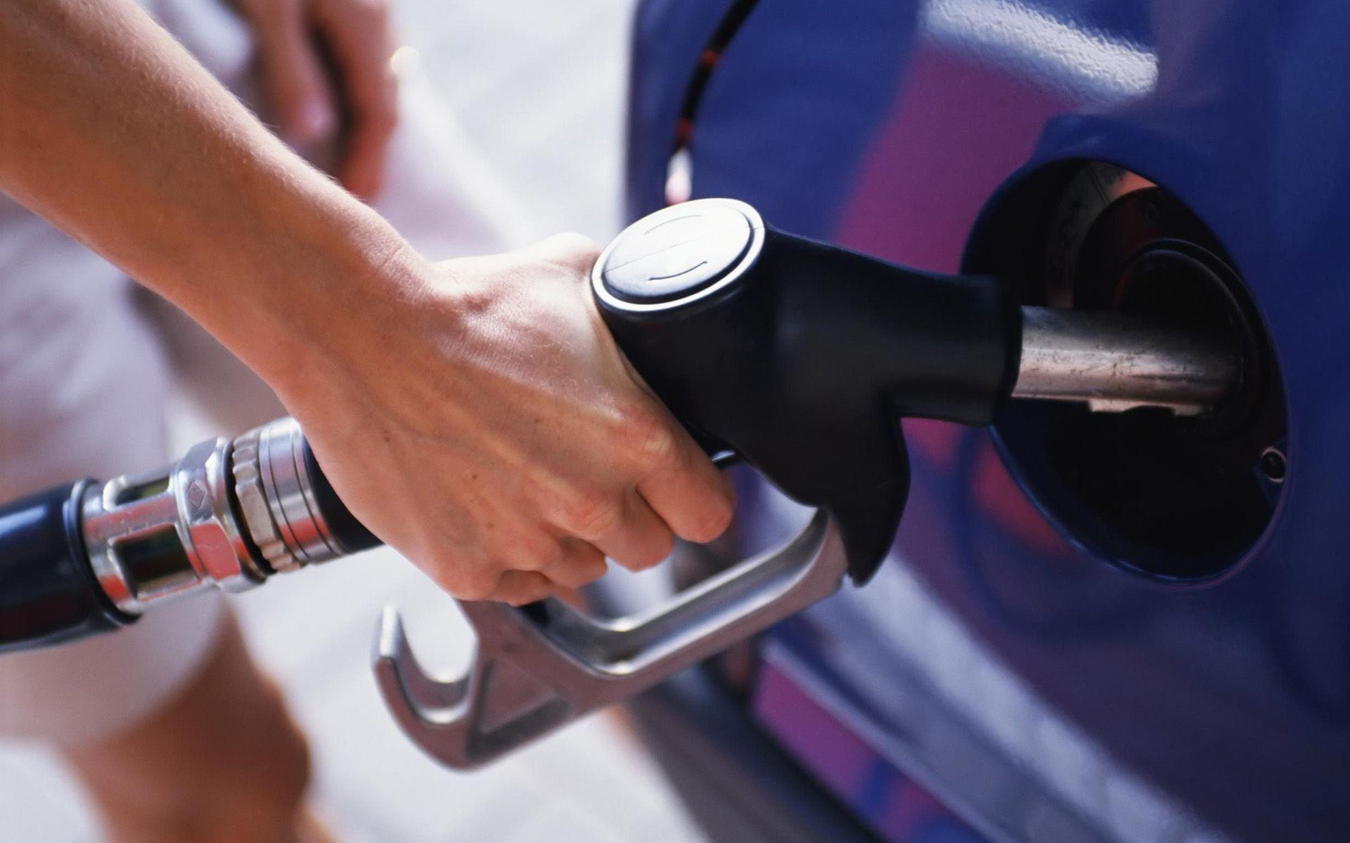 Industria y comercio baja precio de las dos gasolinas y aumenta GLP
