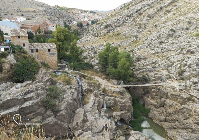 Imagen de las pasarelas y miradores, los antiguos molinos y el pueblo al fondo