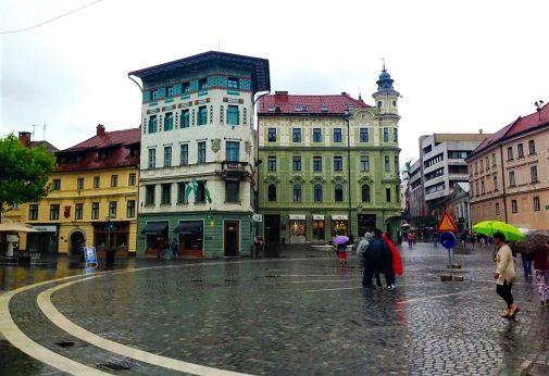 copertina dell'articolo recensione rivista itinerari e luoghi con una piazza di Lubiana