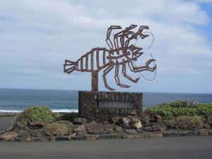 entrata al jameos de el agua con statua marina