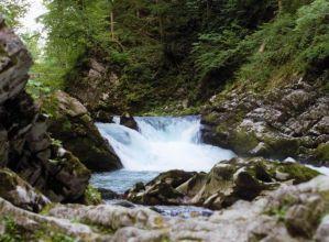 l'acqua fra le rocce che diventa bianca dalla forza