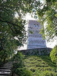 la spia d'Italia, la torre sul colle che domina il territorio circostante