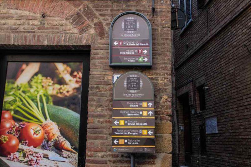 cartelli dei percorsi nel centro storico
