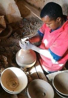 uomo che lavora la ceramica