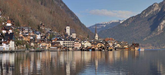 foto di Hallstatt che si affaccia sul lago con le montagne come sfondo