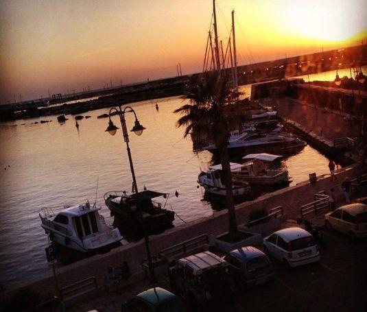 porto dell'isola di pantelleria al tramonto