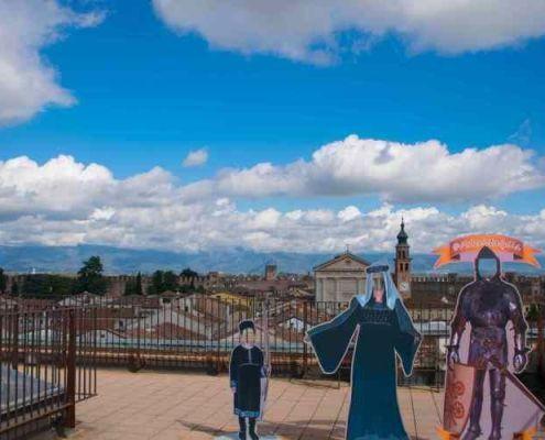 centro storico medievale di cittadilla e tre figure in cartone per farsi le foto