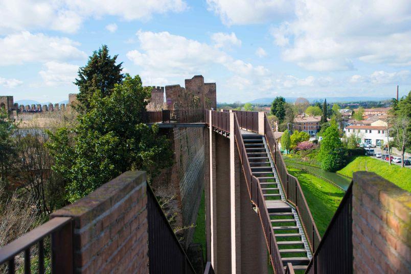 saliscendi lungo la cinta muraria di cittadella