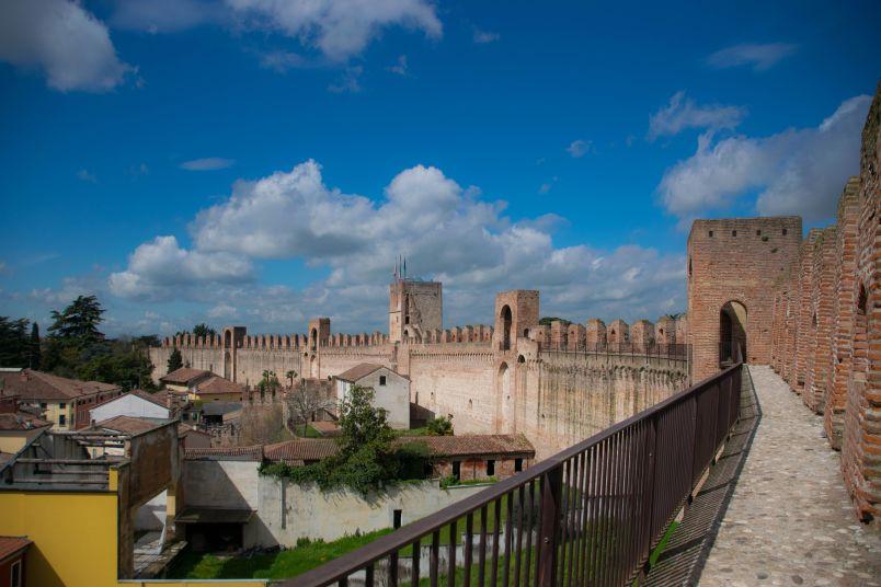 mura di cittadella in città