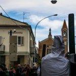 momento di processione con la croce