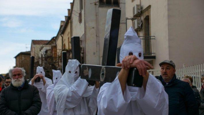 processioni di pasqua a troia momento della sfilata con i sai bianchi e le croci sulle spalle