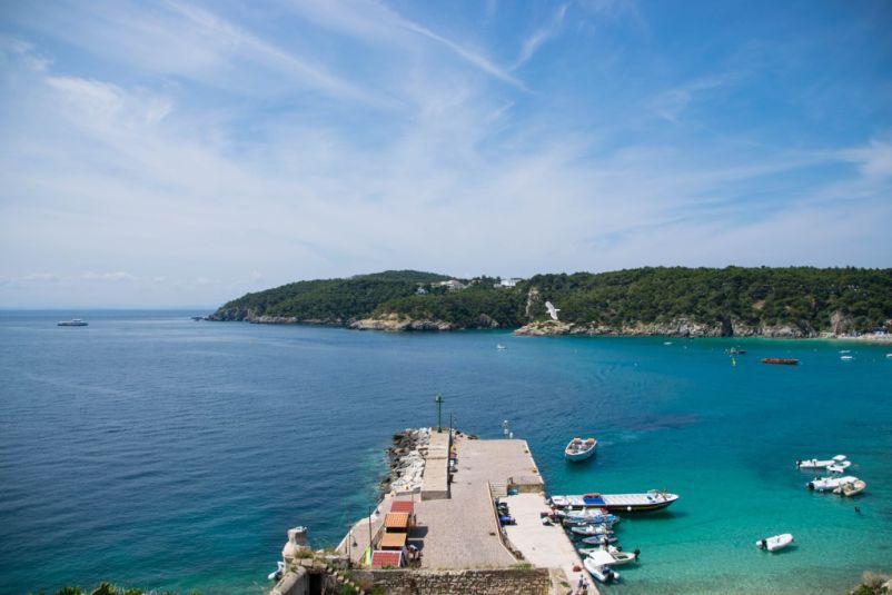 come raggiungere le isole tremiti e vedere il porticciolo con l'azzurro del mare in sottofondo
