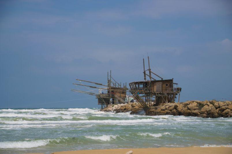 un trabocco lungo la costa dei trabocchi e dintorni